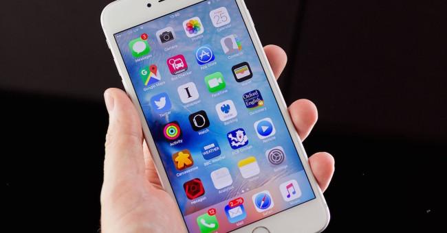 iphone con ios 9 en la mano