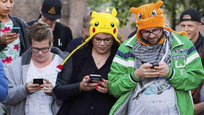 Personas jugando a Pokémon GO