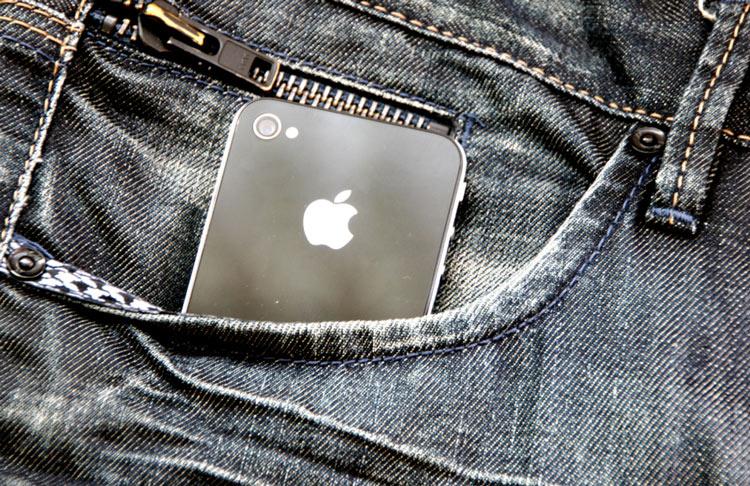 iPhone en el bolsillo de un pantalón