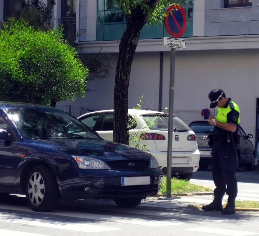 policia poniendo una multa de aparcamiento