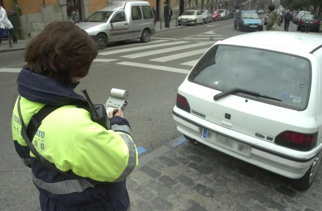 controlador de parquímetro poniendo multa