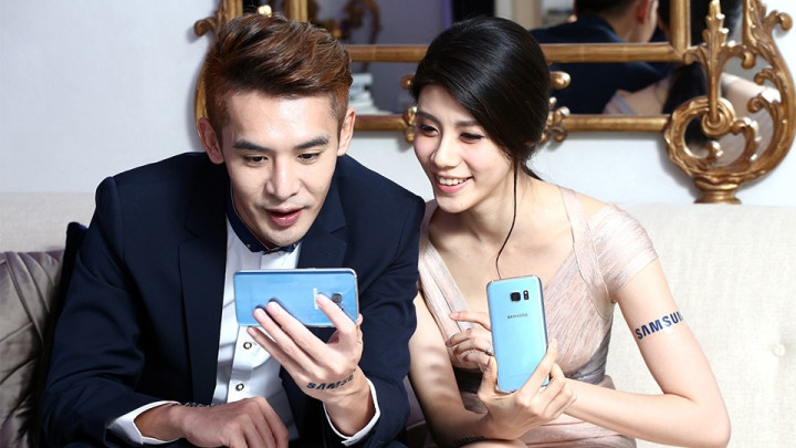 dos coreanos con Samsung Galaxy S7 Blue Coral
