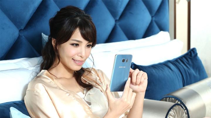 chica con Samsung Galaxy S7 Blue Coral