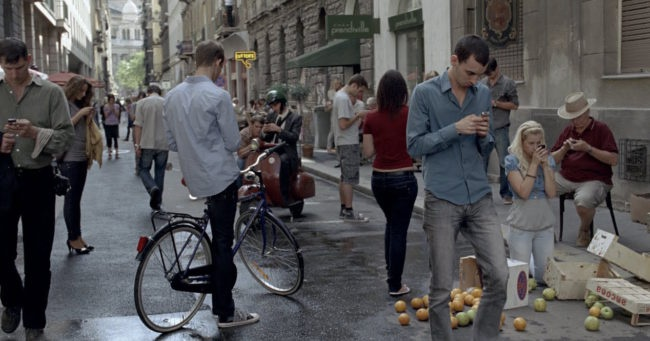 gente mirando smartphone