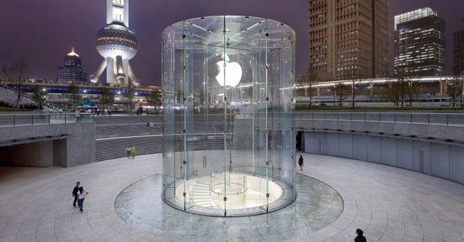 Logo de Apple en una cristalera